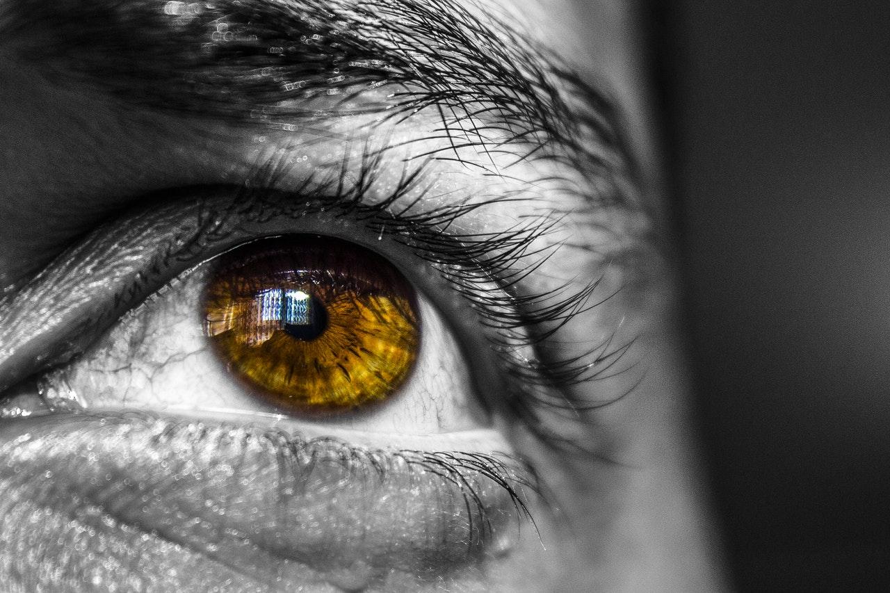 braune Augen schauen nach oben bei cmd